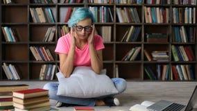 Ματαιωμένο καταπονημένο κορίτσι σπουδαστών που διαβάζει ένα βιβλίο φιλμ μικρού μήκους