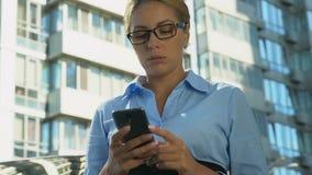 Ματαιωμένο μήνυμα κακός-ειδήσεων ανάγνωσης επιχειρησιακής κυρίας στο κινητό τηλέφωνο, απόλυση απόθεμα βίντεο