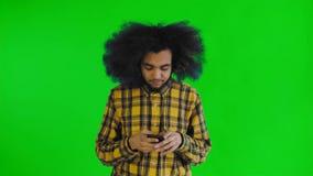 Ματαιωμένο νέο σπασμένο εκμετάλλευση κινητό τηλέφωνο ατόμων αφροαμερικάνων στην πράσινη οθόνη ή το βασικό υπόβαθρο χρώματος Έννοι απόθεμα βίντεο