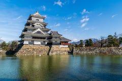 Ματσουμότο Castle στο φωτεινό ουρανό στοκ εικόνα