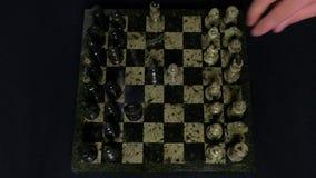 ματ Η έναρξη ενός παιχνιδιού σκακιού, οι αριθμοί παρατάσσεται και ένα πρόσωπο κάνει την πρώτη κίνηση Χέρι που κινεί ένα σκάκι ιππ φιλμ μικρού μήκους
