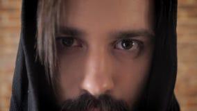 Μαυρισμένα μάτια του τρελλού ατόμου με το mustache, τρέλα απόθεμα βίντεο