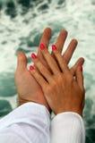 μαυρισμένες το s γυναίκες ανδρών χεριών Στοκ Φωτογραφία