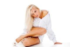 μαυρισμένη ξανθή θέτοντας συνεδρίαση Στοκ εικόνα με δικαίωμα ελεύθερης χρήσης