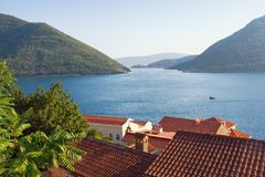 Μαυροβούνιο Άποψη του κόλπου Kotor και των κόκκινων στεγών της αρχαίας πόλης Perast Στοκ Φωτογραφία