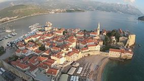 Μαυροβούνιο, Budva, παλαιά πόλη, θάλασσα, άποψη ελικοπτέρων απόθεμα βίντεο