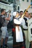 Μαυροβούνιο, Herceg Novi - 28/05/2016: Η γυναίκα της λαϊκής ομάδας Rakalj (Κροατία) αυξάνει τη σημαία Στοκ εικόνες με δικαίωμα ελεύθερης χρήσης