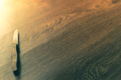 Μαχαίρια κουζινών που κάθονται σε ένα ξύλινο υπόβαθρο Στοκ Εικόνες