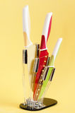Μαχαίρια κουζινών στην κίτρινη ανασκόπηση Στοκ Εικόνες