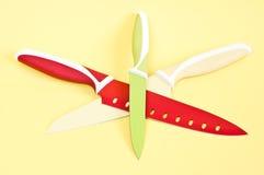 Μαχαίρια κουζινών στην κίτρινη ανασκόπηση Στοκ εικόνες με δικαίωμα ελεύθερης χρήσης