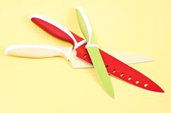 Μαχαίρια κουζινών στην κίτρινη ανασκόπηση Στοκ φωτογραφία με δικαίωμα ελεύθερης χρήσης