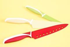 Μαχαίρια κουζινών στην κίτρινη ανασκόπηση Στοκ Εικόνα