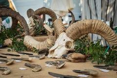 Μαχαίρια κυνηγιού για την πώληση στη χειροτεχνική αγορά σε Ile rousse στοκ φωτογραφία με δικαίωμα ελεύθερης χρήσης