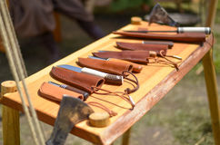 Μαχαίρια με τις καλύψεις δέρματος Στοκ φωτογραφία με δικαίωμα ελεύθερης χρήσης