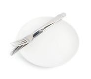Μαχαίρι και δίκρανο πέρα από το πιάτο που απομονώνεται Στοκ φωτογραφία με δικαίωμα ελεύθερης χρήσης