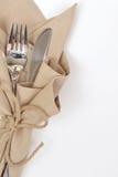 Μαχαίρι και δίκρανο που τυλίγονται με τη συμβολοσειρά στοκ φωτογραφία με δικαίωμα ελεύθερης χρήσης