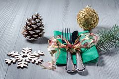 Μαχαίρι και δίκρανο στην πράσινη πετσέτα με διακοσμητικό snowflake, κώνος, Στοκ φωτογραφίες με δικαίωμα ελεύθερης χρήσης