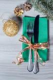 Μαχαίρι και δίκρανο στην πράσινη πετσέτα με τον κώνο, την ακτινοβολώντας σφαίρα και το ν Στοκ εικόνα με δικαίωμα ελεύθερης χρήσης