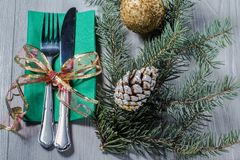 Μαχαίρι και δίκρανο στην πράσινη πετσέτα με τον κώνο, την ακτινοβολώντας σφαίρα και το ν Στοκ Φωτογραφίες