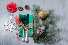 Μαχαίρι και δίκρανο στην πράσινη πετσέτα με το ποτήρι του κρασιού, διακοσμητικό sn Στοκ εικόνες με δικαίωμα ελεύθερης χρήσης