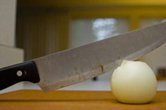 Μαχαίρι και κρεμμύδι Στοκ φωτογραφία με δικαίωμα ελεύθερης χρήσης