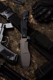 Μαχαίρι και στρατιωτικό σύνολο Στοκ εικόνες με δικαίωμα ελεύθερης χρήσης