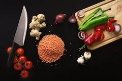 Μαχαίρι και συστατικά στο σκοτεινό υπόβαθρο υγιής χορτοφάγος τροφίμων Στοκ εικόνες με δικαίωμα ελεύθερης χρήσης