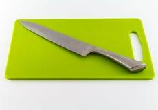 Μαχαίρι κουζινών και πράσινος τέμνων πίνακας Στοκ εικόνες με δικαίωμα ελεύθερης χρήσης