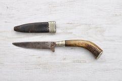 Μαχαίρι κυνηγιού με τη θήκη δέρματος Στοκ Εικόνες
