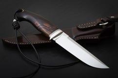 Μαχαίρι κυνηγιού χειροποίητο σε ένα μαύρο υπόβαθρο Θήκη δέρματος χειροποίητη στοκ εικόνα