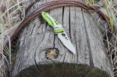 Μαχαίρι με μια serration λεπίδα Παλαιό κολόβωμα Clouse-επάνω Στοκ φωτογραφία με δικαίωμα ελεύθερης χρήσης