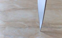 μαχαίρι σε έναν μαρμάρινο πίνακα Στοκ εικόνα με δικαίωμα ελεύθερης χρήσης