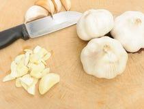 Μαχαίρι, σκόρδο και ένα χαρτόνι κοπής Στοκ εικόνα με δικαίωμα ελεύθερης χρήσης
