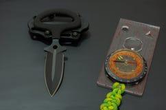 Μαχαίρι στρατιωτικό και πυξίδα Στοκ φωτογραφίες με δικαίωμα ελεύθερης χρήσης