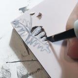 Μαχαίρι τεχνών εκμετάλλευσης χεριών και φραγμός τυπωμένων υλών σφραγιδών γλυπτικής στοκ φωτογραφία με δικαίωμα ελεύθερης χρήσης