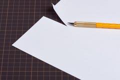 Μαχαίρι χρησιμότητας και έγγραφο περικοπών Στοκ φωτογραφία με δικαίωμα ελεύθερης χρήσης