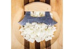 Μαχαίρι Ulu και τεμαχισμένα κρεμμύδια Στοκ φωτογραφίες με δικαίωμα ελεύθερης χρήσης
