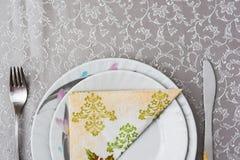 Μαχαιροπήρουνα και πιάτα με την πετσέτα στον πίνακα Στοκ φωτογραφία με δικαίωμα ελεύθερης χρήσης