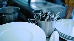 Μαχαιροπήρουνα και πιάτα στον πίνακα απόθεμα βίντεο