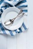 Μαχαιροπήρουνα, πιάτο πορσελάνης και άσπρη πετσέτα λινού Στοκ εικόνα με δικαίωμα ελεύθερης χρήσης
