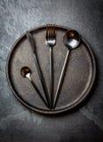 Μαχαιροπήρουνα που τίθενται στο πιάτο μαύρος πίνακας τιμής τών παρ&alp Τοπ όψη Στοκ φωτογραφία με δικαίωμα ελεύθερης χρήσης