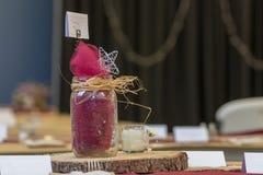 Μαχαιροπήρουνα ρύθμισης γαμήλιων πινάκων με την ξύλινα πιατέλα και το βάζο του Mason στοκ εικόνες με δικαίωμα ελεύθερης χρήσης