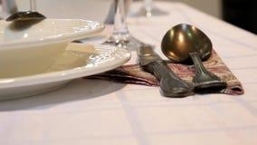 Μαχαιροπήρουνα στο να δειπνήσει πίνακα για τα εστιατόρια πολυτέλειας στο μουτζουρωμένο υπόβαθρο απόθεμα βίντεο