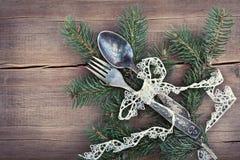 Μαχαιροπήρουνα Χριστουγέννων και δέντρο έλατου στο ξύλινο υπόβαθρο Στοκ Εικόνες