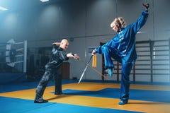 Μαχητές, άνδρας και γυναίκα Wushu με τα ξίφη Στοκ φωτογραφία με δικαίωμα ελεύθερης χρήσης