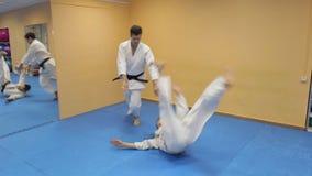 Μαχητές πολεμικών τεχνών στη γυμναστική φιλμ μικρού μήκους