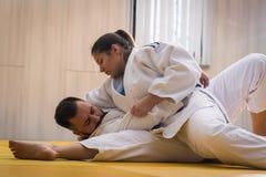 Μαχητές τζούντου γυναικών και ανδρών στην αθλητική αίθουσα Στοκ εικόνα με δικαίωμα ελεύθερης χρήσης