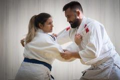 Μαχητές τζούντου γυναικών και ανδρών στην αθλητική αίθουσα Στοκ Εικόνες