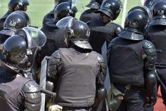 Μαχητές των ειδικών αστυνομικών μονάδων που οπλίζονται με τις ειδικές εγκαταστάσεις Στοκ Φωτογραφία