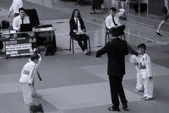Μαχητές Jitsu Jiu με το διαιτητή στο ρουμανικό πρωτάθλημα, νεώτεροι, το Μάιο του 2018 στοκ φωτογραφία